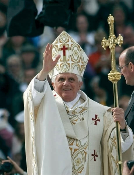 Benedict XVI waving crowd