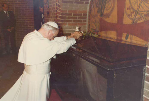 John Paul II in front the tomb of Brother Andre